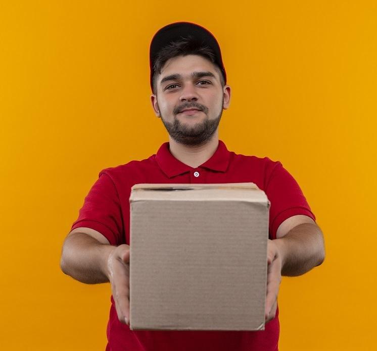 Kurier Paczkonado dostarczający przesyłkę